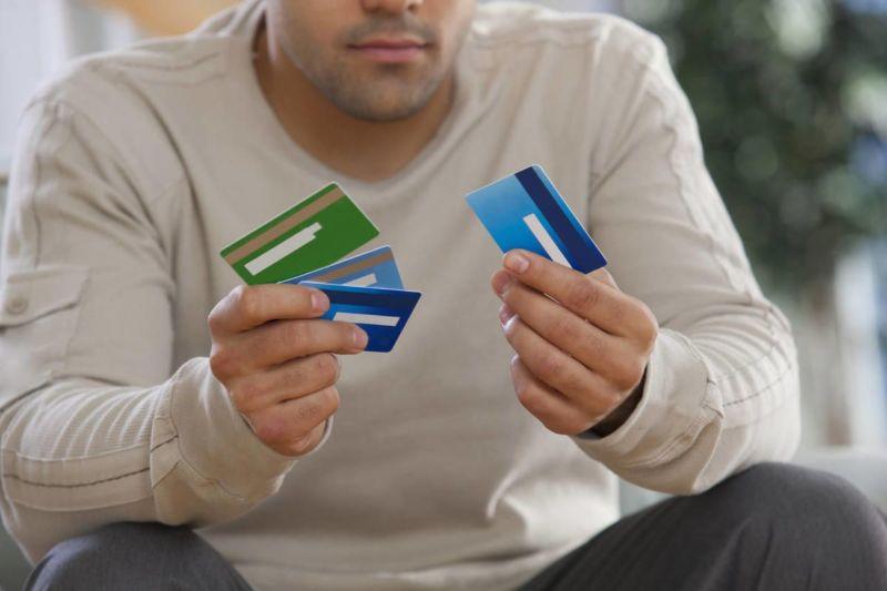несколько кредиток в руках
